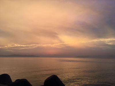 唐泊漁港の黄色い朝焼け
